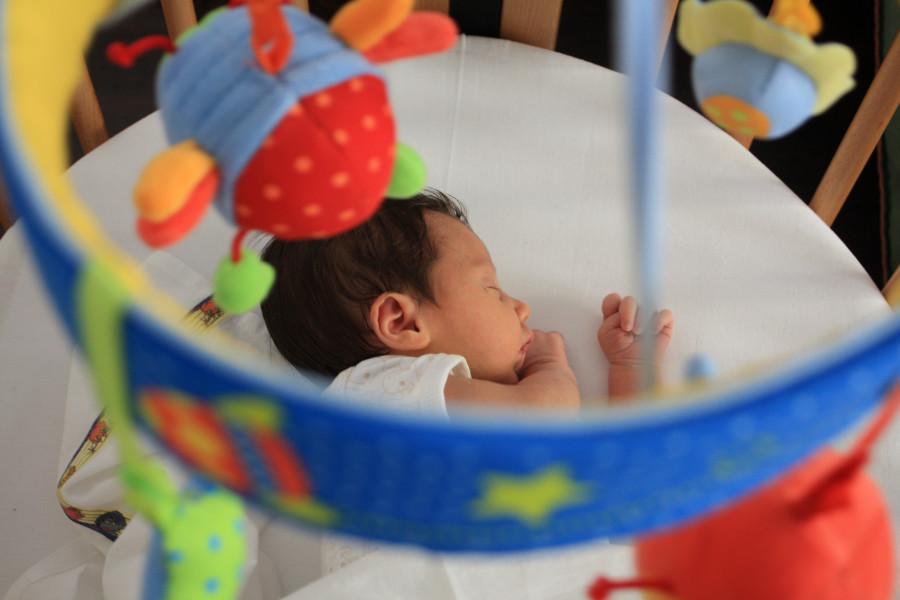Bebé en la cuna con movil