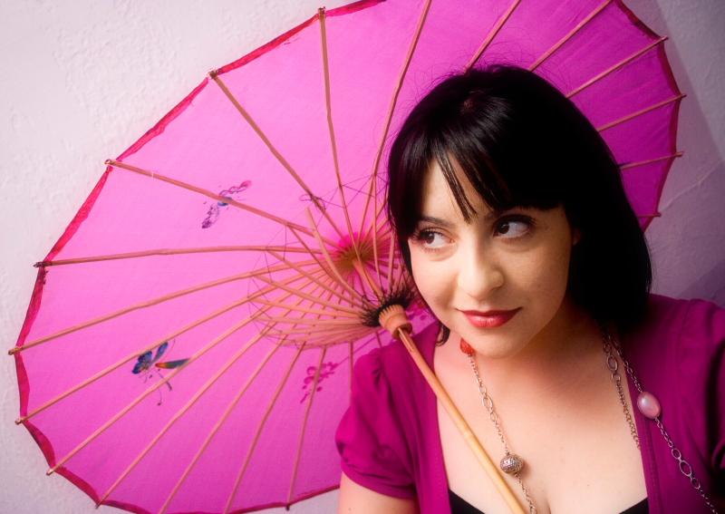 mujer con sombrilla rosada