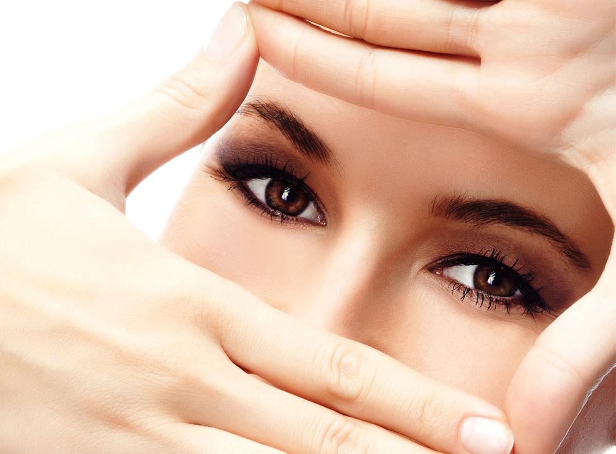 Ojos maquillados de una mujer
