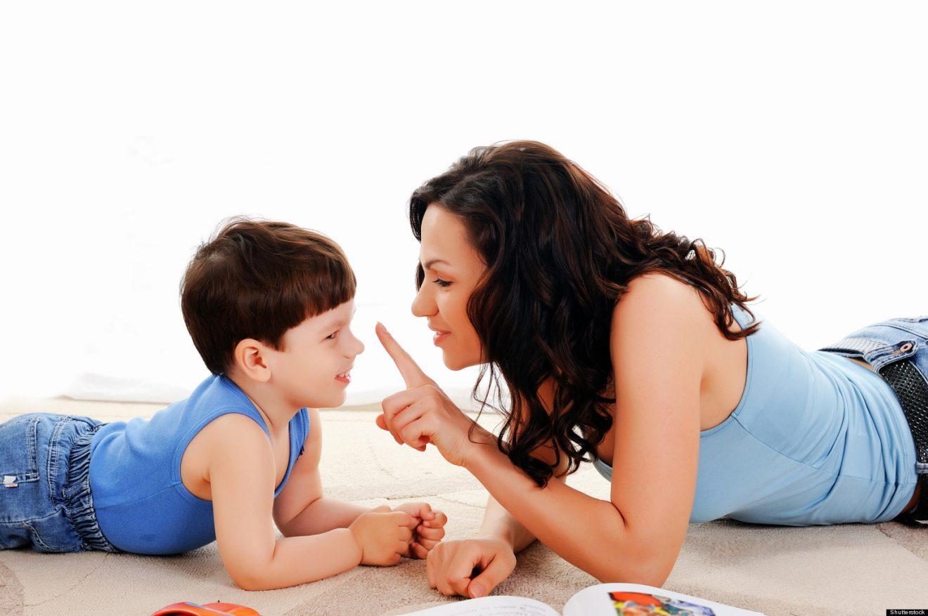 Mamá con su hijo hablando