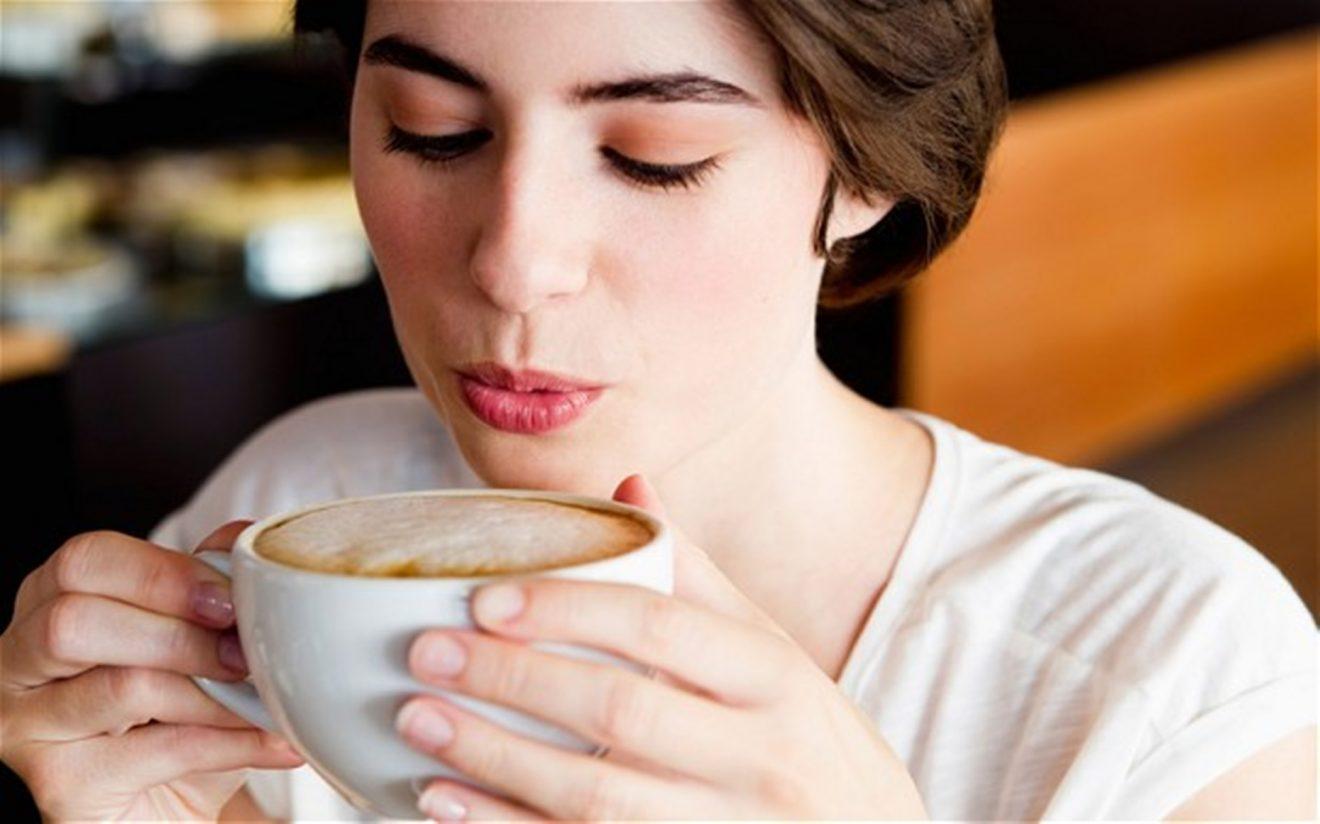 https://cdn4.somosmamas.com.ar/wp-content/uploads/2017/10/mujer-tomando-cafe-1320x824.jpg
