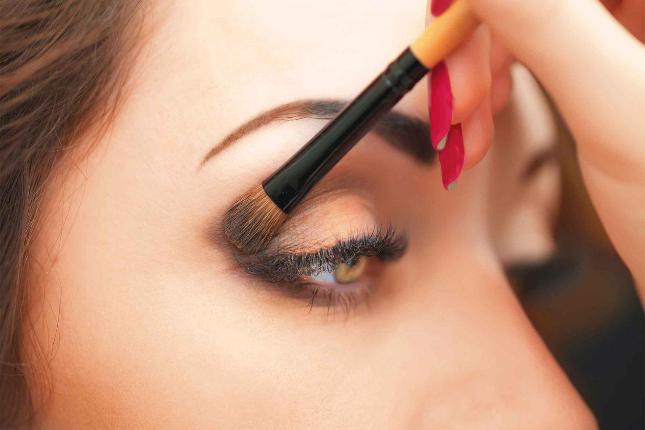 Como maquillarse los ojos para que se vean mas grandes sombras aplicacion
